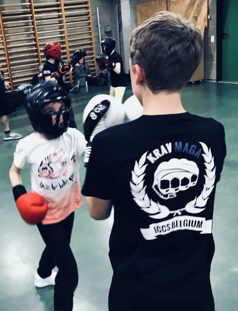 self defense 050319 784x1024 - Fight club chez les ados
